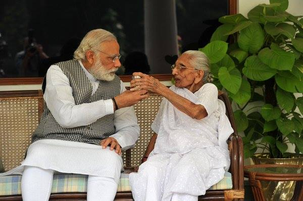PM Narendra Modi Serves a Glass of Tea (Chai) to His 96 Yr Old Mother